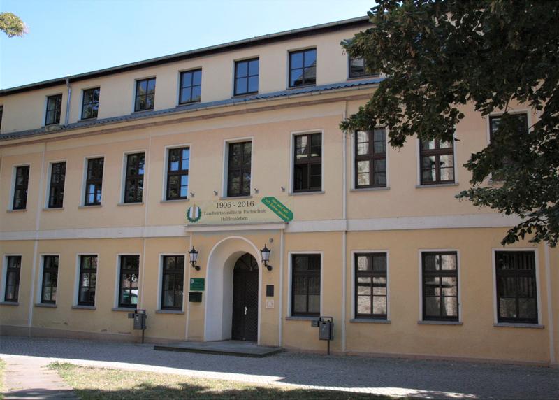 Schulfront des Hauptgebäudes am Marienkirchplatz
